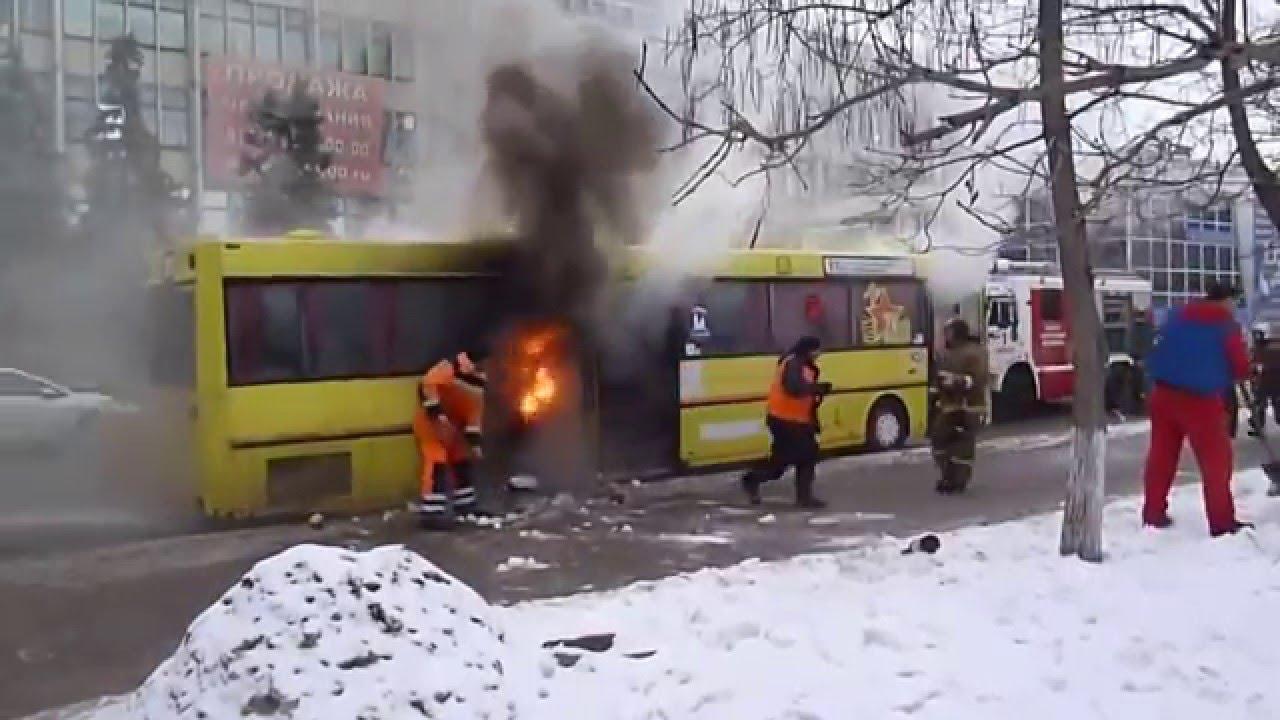 Во Львове горел автобус посреди дороги, а никто даже не остановился, чтобы дать огнетушитель (фото)