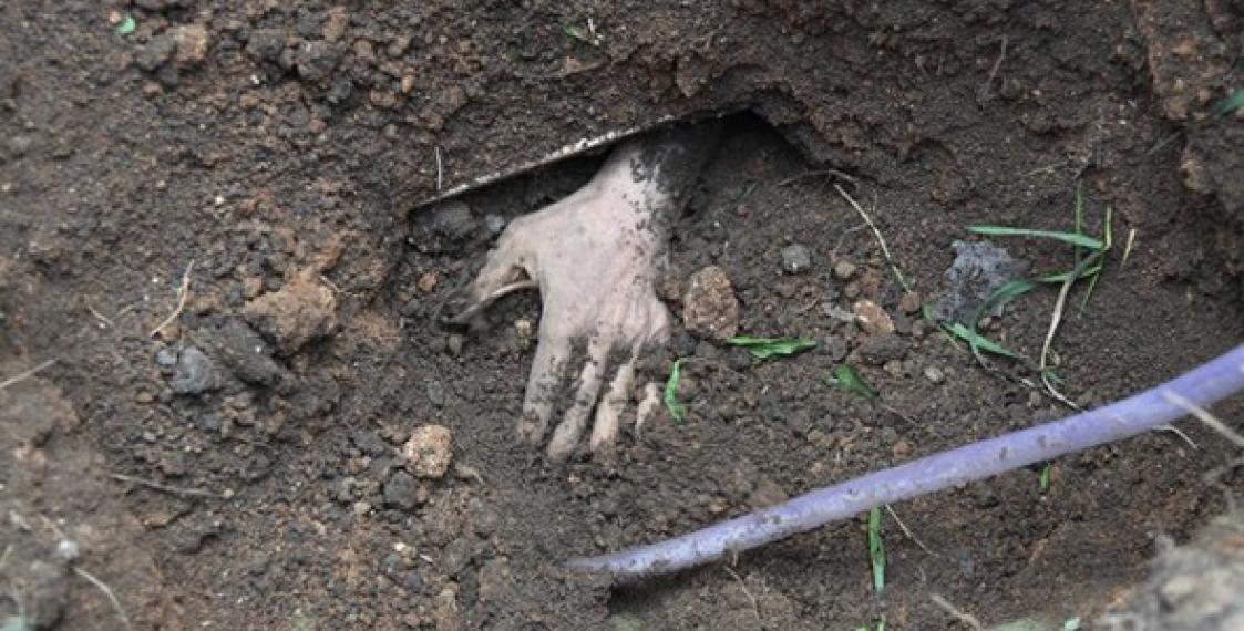 Какой ужас: народ ради забавы похоронил человека заживо