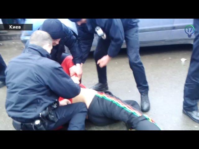 Его самого кто-то покусал: неадекватный экс-милиционер напал на патрульных, жестоко покусав их (ВИДЕО)