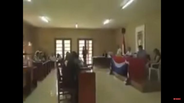 Взрослые развлечения: камера сняла, как президент пересматривал фильм для взрослых на заседании суда (видео)