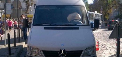 Львов: В центре микроавтобус насмерть переехал парковщика (ФОТО)