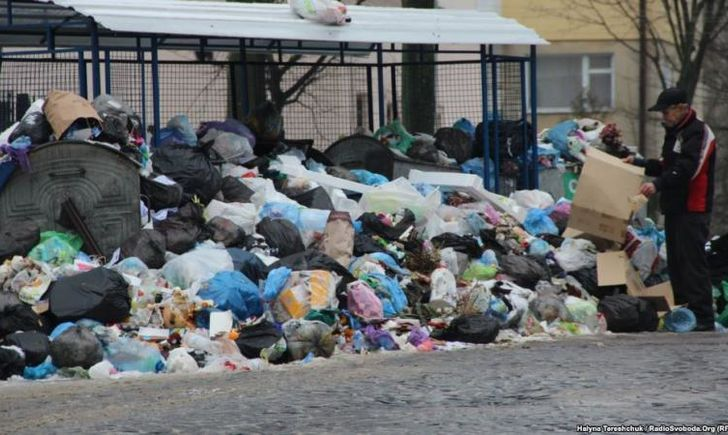 Наконец-то! Из Львова начали вывозить мусор.