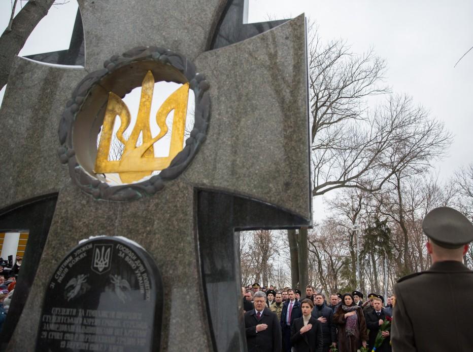 Порошенко отдал честь Героям Крут