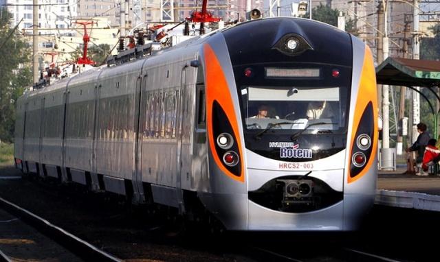 «Это Украина, детка»: поезд Интер-сити застрял с детьми посреди поля. Пассажиры испуганы и замерзают