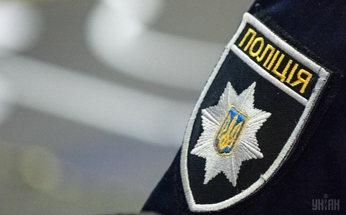 Что она вытворяет: неадекватная женщина потрясла полицейских, обнажившись перед ними (ФОТО)