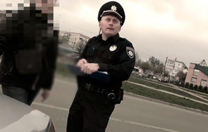 Снова к той же «кормушке»: взяточник-инспектор ГАИ стал полицейским в Черновцах. Наглости у него хватает (ВИДЕО)