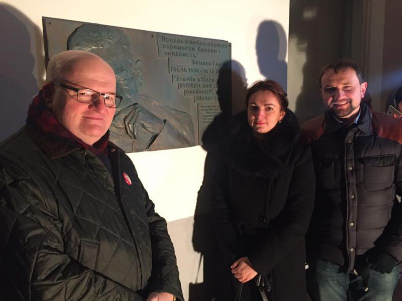 Им надо хорошенько дать по рукам: вандалы в Киеве разрушили мемориальную доску первому президенту Чехии (ФОТО)