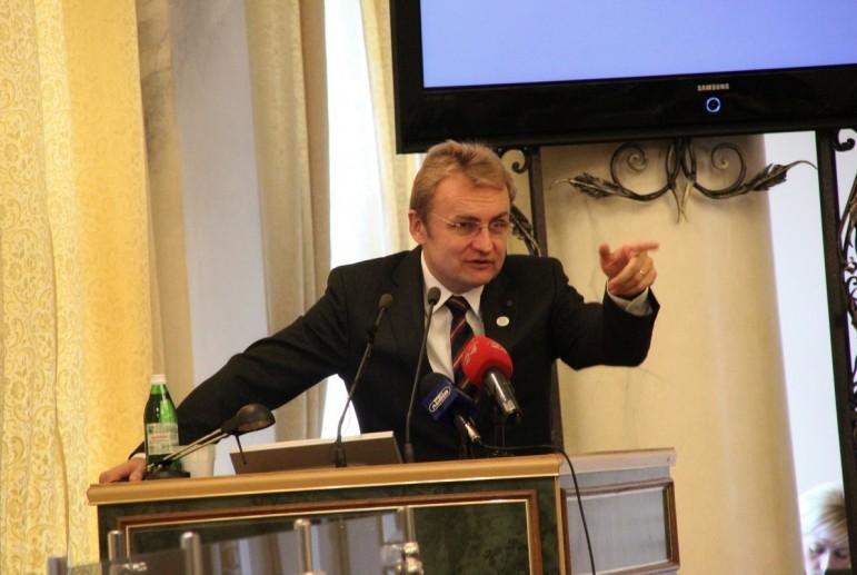 Садовый снова соврал: мэр Львова «накормил» обещаниями АТОшников о квартирах и не выполнил их
