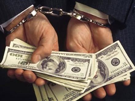 Двух харьковских чиновников задержали за взяточничество