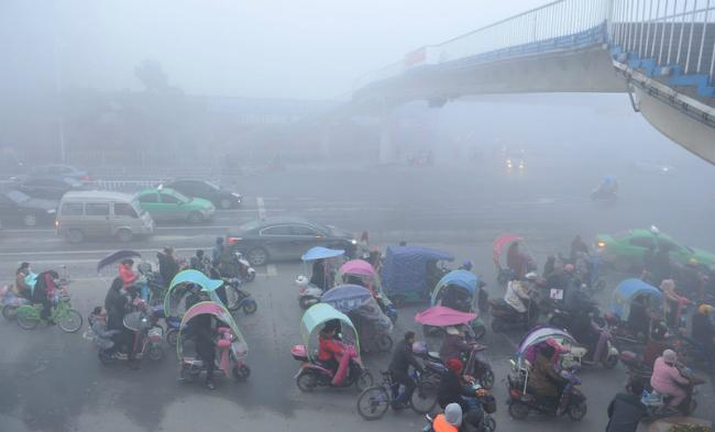 В Китае впервые объявлен самый высокий уровень опасности из-за смога (ФОТО)