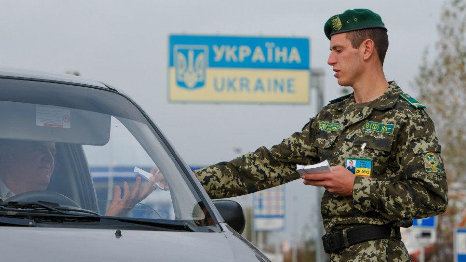 100 гривен за незаконное пересечение границы: закарпатским пограничникам предлагали взятку