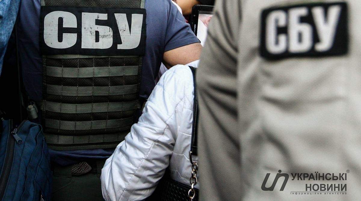 От увиденного глаза на лоб лезут: СБУ разоблачили в квартире чиновника арсенал оружия и русскую военнуюформу