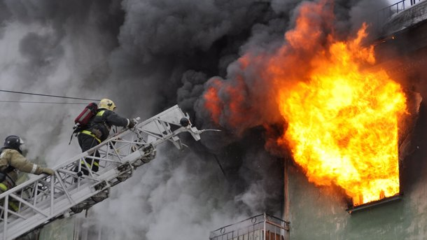В Одессе пожарные спасли из огня двух женщин