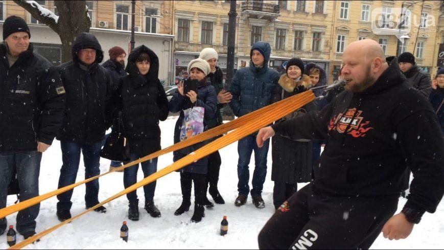 Во Львове «Тягнизуб» Олег Скавыш установил новый рекорд, протянув огромные сани (ФОТО, ВИДЕО)
