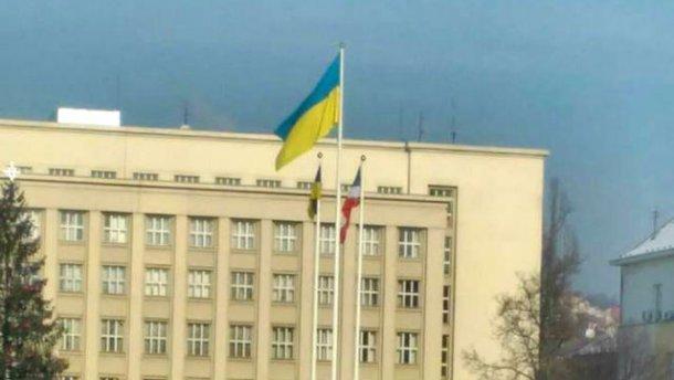Проделки сепаратистов на Закарпатье. На здании ОГА тайно вывесили свой флаг