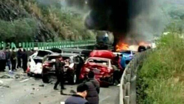 Масштабное ДТП из почти что 20 автомобилей в Китае, переросло в пожар , много жертв