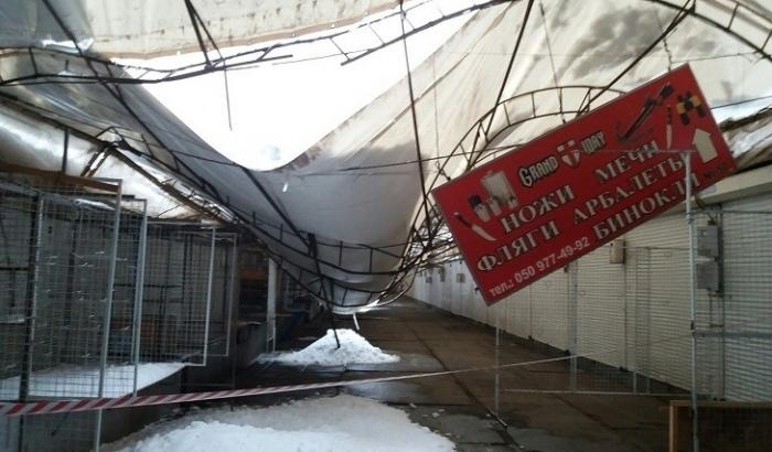 Ужасная трагедия: снег обрушил крышу на рынке