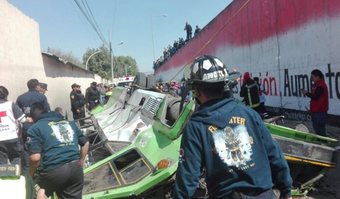Десятки пострадавших вырезали из сплющенного автобуса в Мексике