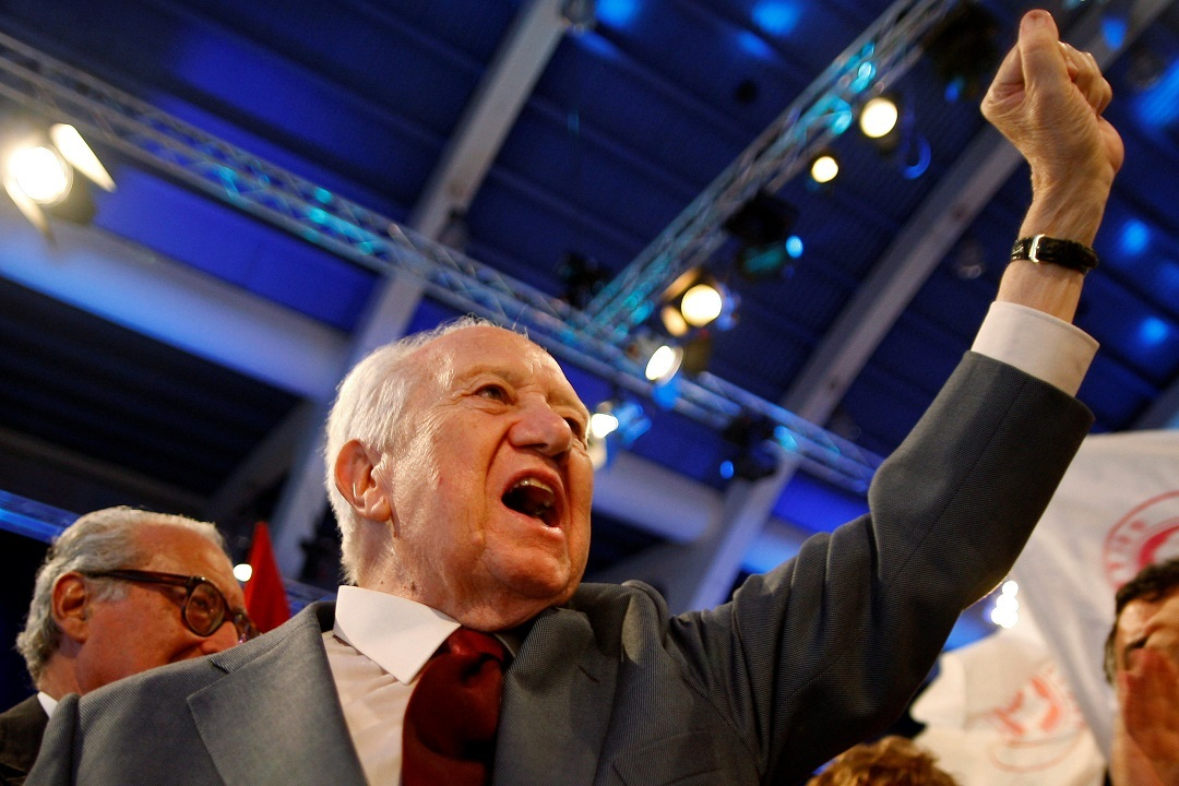 FILE PHOTO: Mario Soares, founder of Portugal's Socialist Party and former prime minister and president, waves to supporters at the end of the final rally for the EU parliament elections in Lisbon June 5, 2009.  REUTERS/Jose Manuel Ribeiro/File Photo