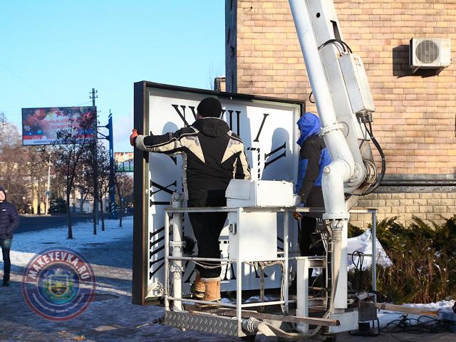 В оккупированной Макеевке вешают новые «куранты» на облезлое здание (ФОТО)