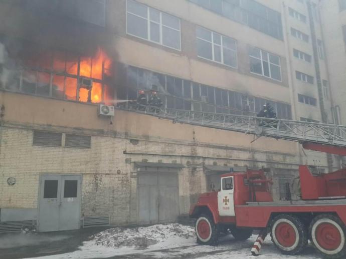 Во Львове борются с огнем на заводе «Электрон»