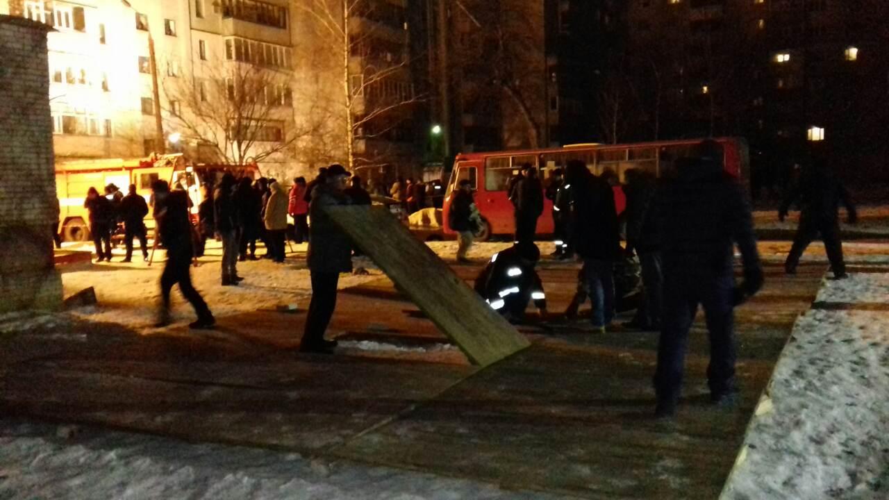 В Сумах в жилом доме прогремел взрыв: погибла женщина, людей вывозят (ФОТО, ВИДЕО)