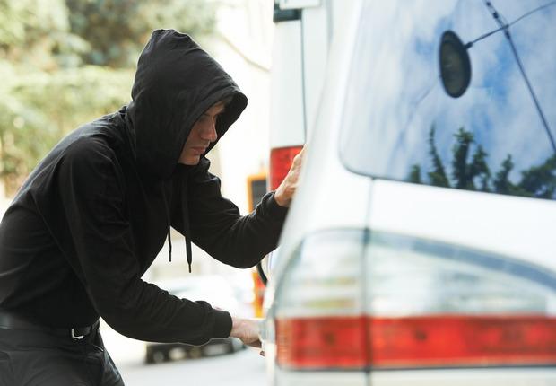 Возле Львова злоумышленники остановили и ограбили водителя машины