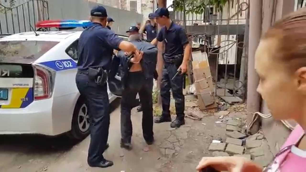 Что с вами, люди?!: Во Львове толпа мешала патрульным, защищая хулигана, напавшего на мужчину и женщину. Полицейские не ожидали такого отношения
