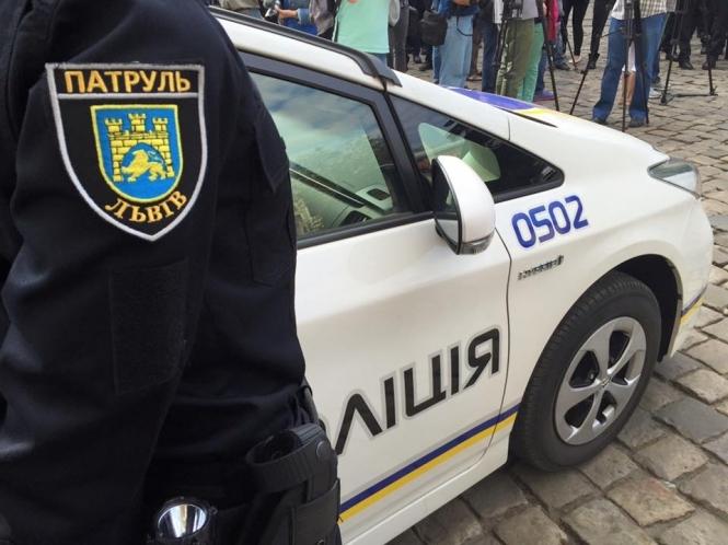 А его ничто не научит: наглый водитель во Львове наехал на полицейского, перед тем совершив еще одно преступление (ВИДЕО)