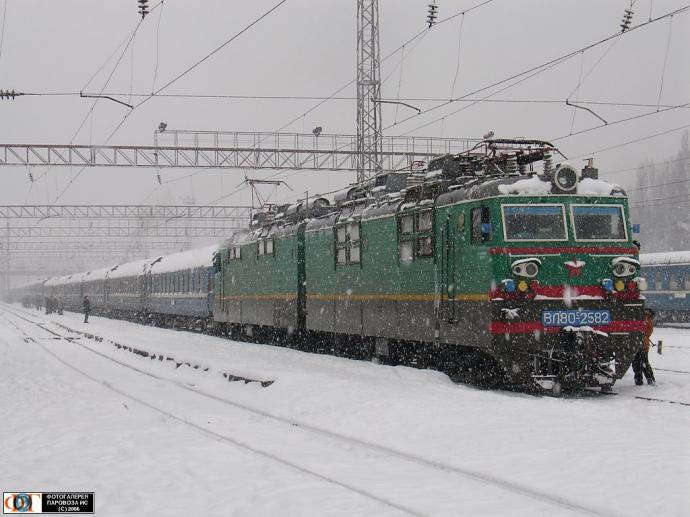 «Укрзализныця — это просто издевательство»: люди в шоке от заснеженных тамбуров в украинских поездах (ФОТО) Выжить невозможно