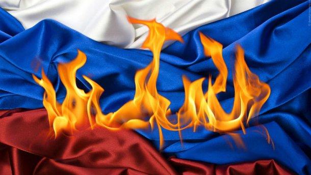 Мужчина пытался сжечь флаг России в аннексированном Крыму