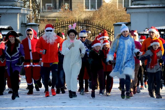 Тигрики, зайчики и елочки: во Львове состоялся праздничный забег Санта-Клаусов (ФОТО, ВИДЕО)