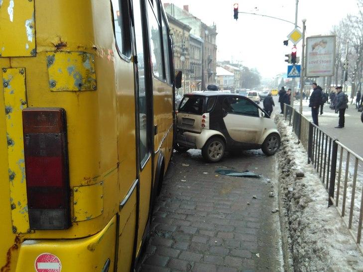 В центре Львова произошло кровавое ДТП — машина разлетелась по дороге (фото,видео)