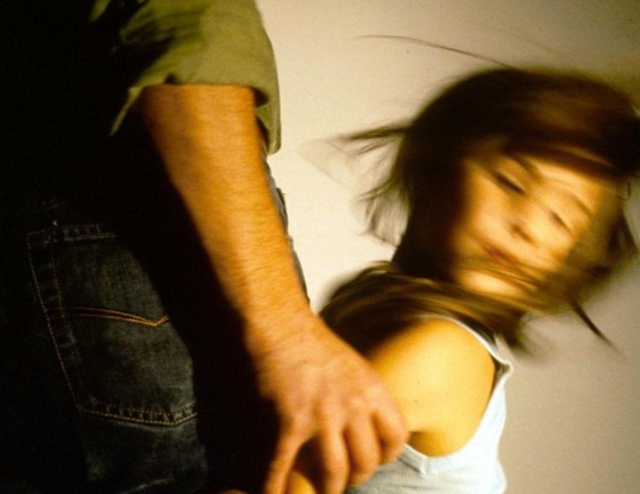 Украинских детей терроризирует педофил в капюшоне