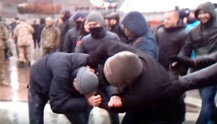 Срочно: во Львове массовая драка, националисты избили белорусских туристов (ВИДЕО)