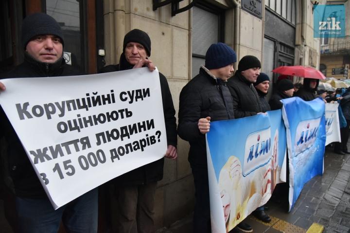 Протестующие во Львове заставили судью написать заявление на увольнение (ФОТО)