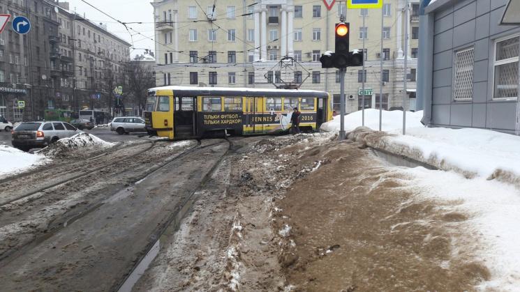 Ужасное ДТП: На Южном вокзале трамвай на повороте слетел с рельс (ФОТО)