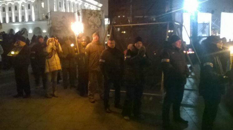 Активисты с факелами двинулись по центру Киева