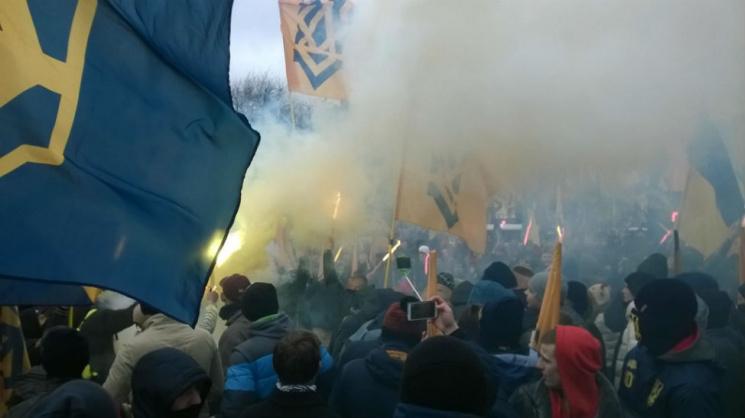 На митинге под Радой бросали дымовухи и файеры