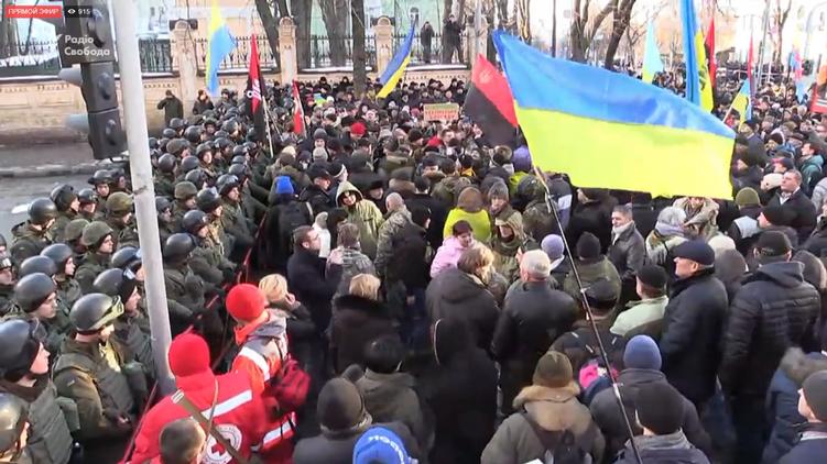 В Киеве радикалы атаковали здание «Укрэнерго». В ход идут шашки и питарды (ВИДЕО)