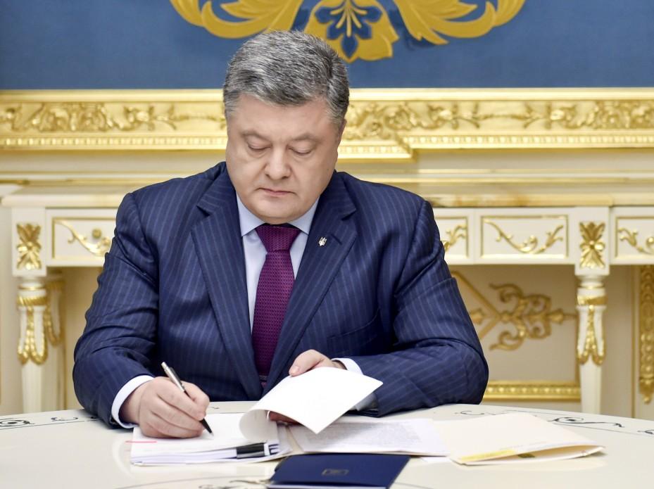 Это многое изменит: Порошенко подписал очень важный закон, который коснется каждого украинца
