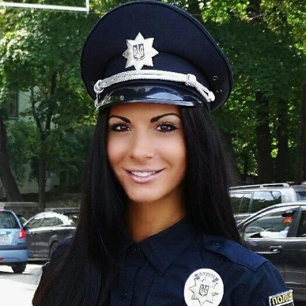 Ах, какие ножки: самая сексуальная полицейская Людмила Милевич выставила на показ свои соблазнительные формы (ФОТО)