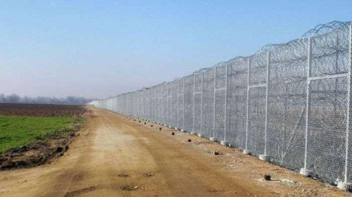 Подальше от греха: Латвия построила 23 км забора на границе с Россией