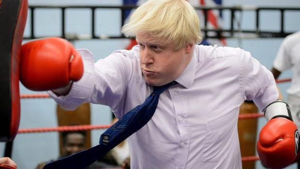 Такой себе цветочек: британский министр иностранных дел ошеломил появлением на улице в красных трусах (ФОТО)