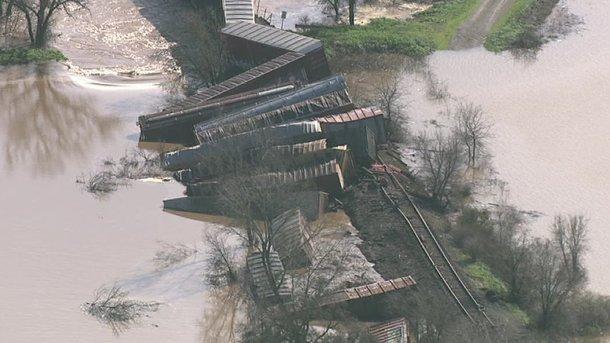 В Калифорнии 22 вагона грузового поезда сорвались в реку (ФОТО)