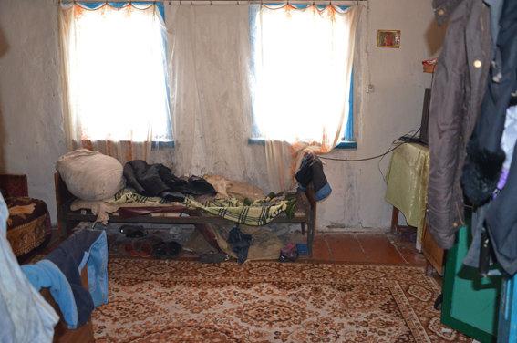 Нет им наказания за такое: в Житомирской области родители закрыли троих малышей в холодном доме (ФОТО)