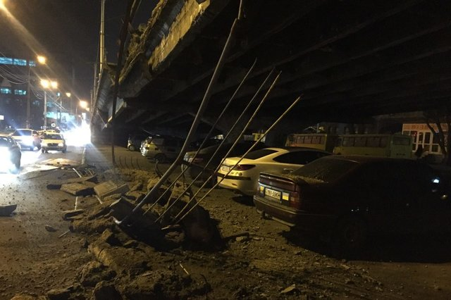 Кровь застывает в жилах: в Киеве обрушился мост (ФОТО)
