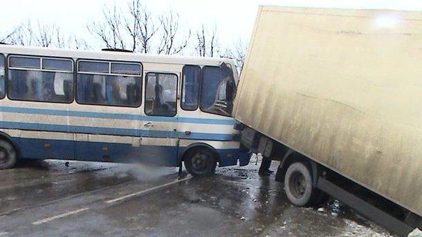 Во Львовской области произошла жуткая ДТП: автобус с людьми врезался в фуру