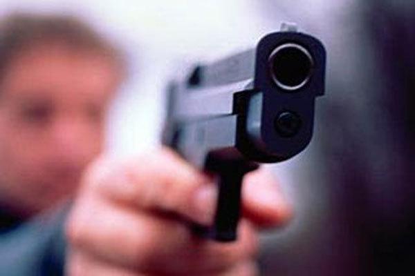 Во Львове мужчина угрожал пистолетом, а затем пытался зарезать себя