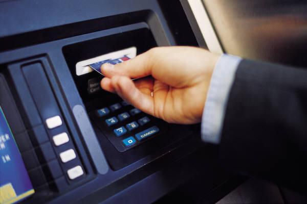Успокоили: украинцам разъяснили запрет о зарплатных карточках